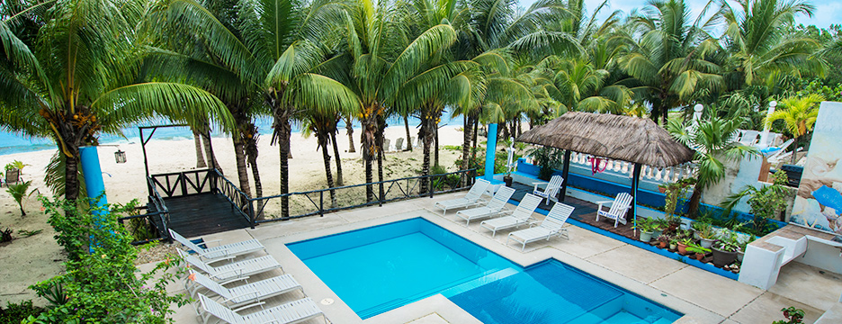 Villa las Glorias pool and beach