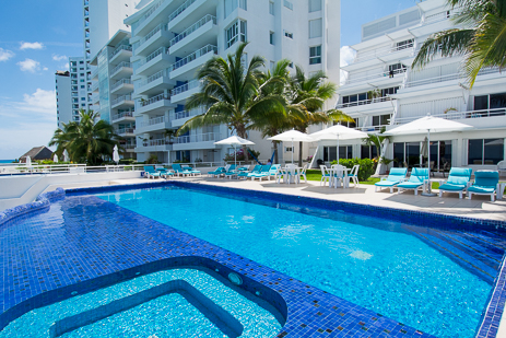 Swimming pool and jacuzzi at Miramar vacation rental condos on the island of Cozumel Mexico