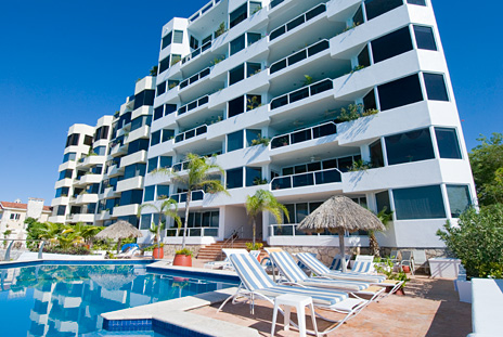 Exterior and pool view of Puesta del Sol Cozumel vacation rental property